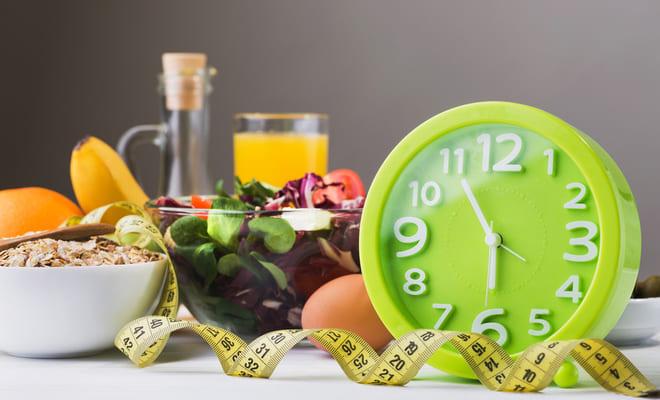Crononutrición, ¿cómo te afecta cenar tarde?