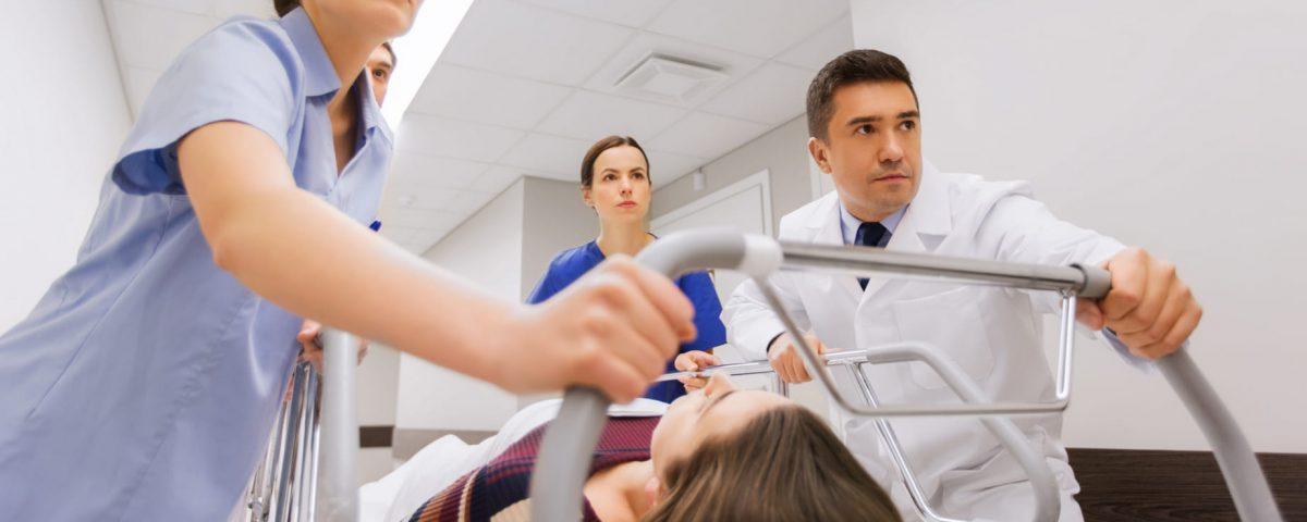 ¿Cómo se tratan las arritmias cardíacas en una sala de urgencias?