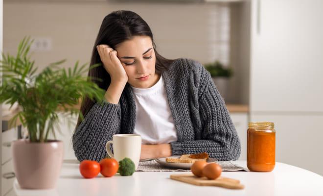 ¿Te saltas los desayunos para bajar de peso? Conoce los riesgos de hacer esto