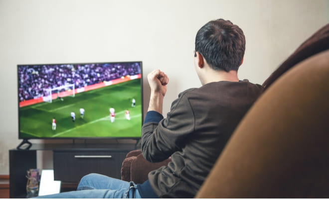 Permanecer sentado frente al televisor aumentaría el riesgo cardíaco